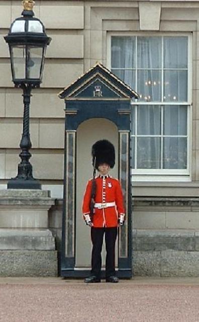 1962935-Guard_at_Buckingham_Palace-London